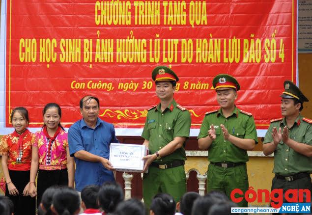 ĐVTN Chi đoàn Công an huyện Nam Đàn trao tặng các suất quà trị giá gần 20 triệu đồng cho các em học sinh Trường Phổ thông Dân tộc nội trú - THCS Con Cuông