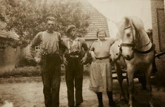 Photo: Jan Hilbrands, Harm Pomp en Jantje Rabs, werkzaam op de boerderij van Albertus Buiter.