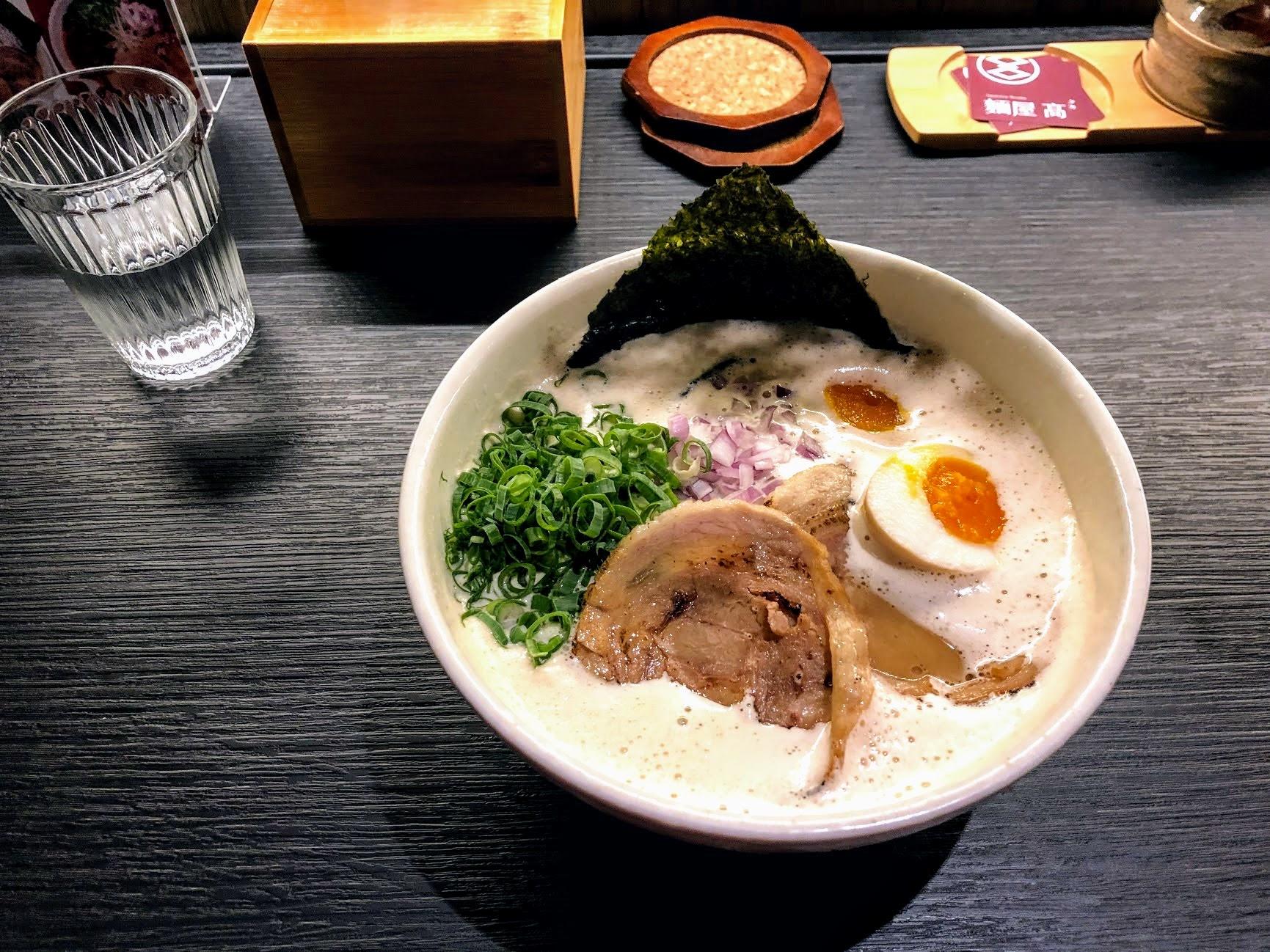 天堂溏心蛋拉麵! 一整碗內,有大量的蔥花/生洋蔥/叉燒片/溏心蛋/海苔,還有遍佈在湯頭上頭的白色泡泡喔! 這是日本泡系拉麵的特色...