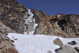 Photo: Descente sur Khambachen (franchissement de la cascade)