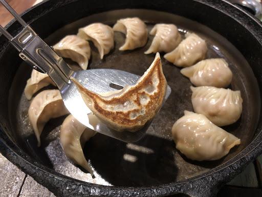 2018/12/15 晚上用餐  鐵燒餃子:這個比較特別,是用鐵鍋的溫度來讓餃子煎的焦焦的,鐵鍋很燙不要碰。吃起來味道很普通,有點小失望  日式炒麵:味道很重,走日式濃厚系。覺得還不錯  環境:店內燈