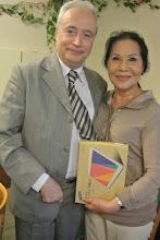 Photo: La gagnante du gros lot, une tablette Samsung Galaxy TAB4, avec son mari