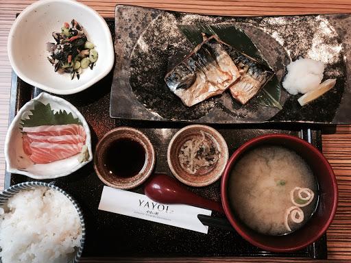 點了鯖魚定食單點鮭魚刺身三片 約500大洋,雖然好吃,但稍貴 很喜歡米飯!還免費多續了一碗 粒粒分明又彈牙的香白飯 但私心因為我是味噌湯控 如果味噌湯可以續更棒! 個人習慣吃完才喝湯 上桌時微溫 要喝