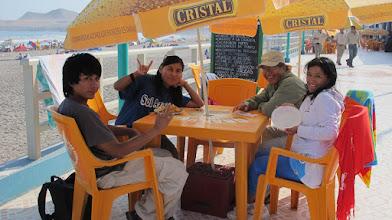Photo: Ali / Gladys / Fernando / Roxana (Izq.-Der.) Almuerzo en restaurante del Complejo Turistico de Poza de Lisas