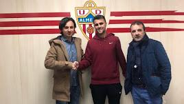 Ibán Andrés, Javi Pérez y su agente, en el club.