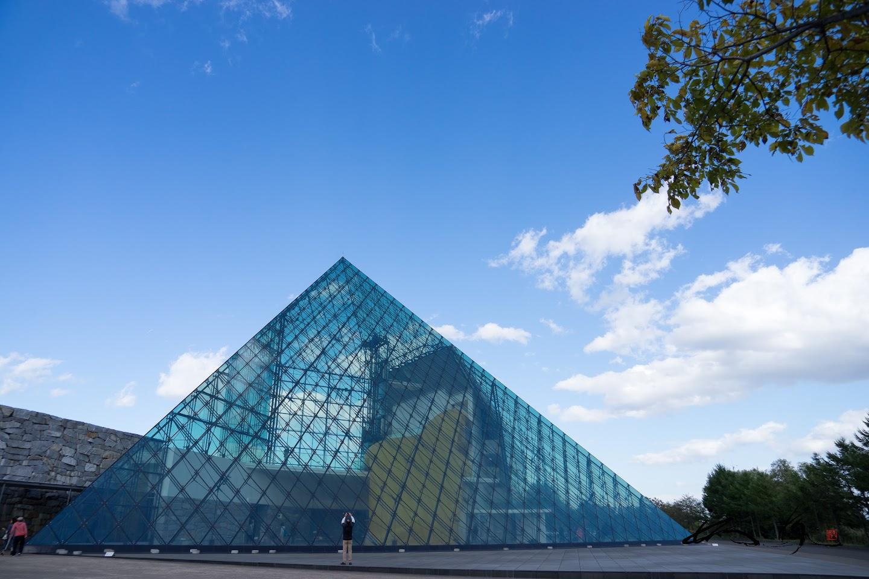 ガラスのピラミッドに秘められた謎の数々を探して。。。