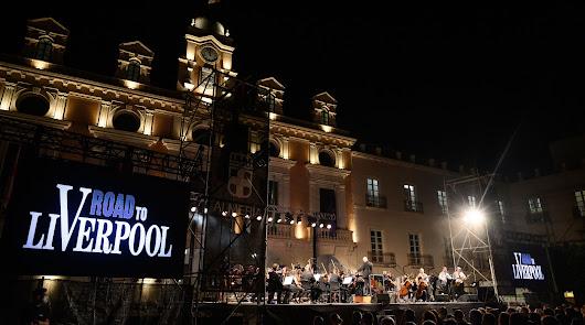 La Orquesta Ciudad de Almería sublima el legado de The Beatles en la Plaza Vieja