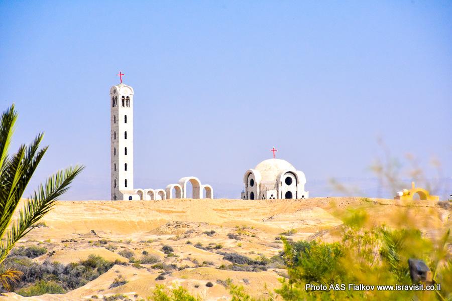 Церковь на Иорданском берегу в Каср аль-Яхуд около места крещения Господня.