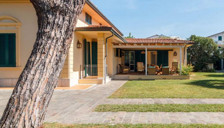 Una gnande villa si intravede a sinistra mentre a destra attaccato il mini appartamento più basso è la dependance