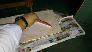 Photo: Lim smøres på med tandspartel. Limen er en DANA udelim. Efter limning bliver plader og især endestykker forseglet med epoxy og lak.