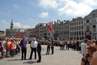 Photo: Le cortège des acteurs du combat approche ; la foule s'écarte pour le laisser passer .