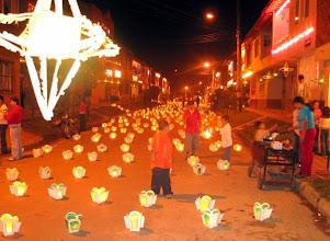 Photo: La noche de las velitas fue un espectáculo de trabajo comunitario y creatividad  cuadra a cuadra  en sectores del Oriente Antioqueño como San Antonio de  Pereira y El Porvenir  de Rionegro. Con mes y medio de anticipación  la gente preparó la fiesta que se vivió el domingo  en unos lugares más religiosa  y en otros  más parrandera. En los barrios de Medellín  el ambiente festivo corrió por cuenta de los niños que mantenían encendidas las luces todo el tiempo.  Zona Urbana 2A y Área Regional 11A.