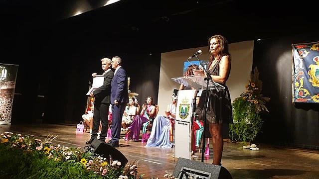 El alcalde hizo entrega de una distinción al pregonero de las Fiestas.
