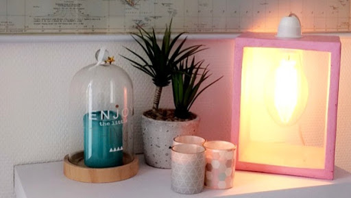 """Lampe """"Boîte"""" en béton ciré - Couleur rose bonbon sur-mesure"""