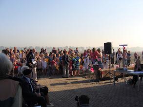 Photo: Het Molenlied gezongen door de schoolkinderen van het dorp