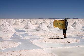 Photo: Салар де Уюни – самый большая соляная пустыня мира, где на многие десятки километров нет ничего живого: только соль, солнце и ветер. Наш веломаршрут начинался в Уюни – городке в 23 км от Салара и мы планировали за 1,5дня переехать Салар.  Несколько фактов, которые мы узнали, переезжая соляную пустыню: 1. Солнце бывает настолько ярким, что ничего не видно. 2. Даже когда твоя собственная тень прячется под велосипед от палящего солнца, ты будешь продолжать путь. 3. Если тебе жарко на солнце, можешь спрятаться под тень от велочехла и через 20 минут можно околеть от холода: на высоте 3670м. разница температур на солнце и в тени неимоверны! 4. На Салар де Уюни в трезвом уме и доброй памяти можно почувствовать себя ненормальным: оптические обманы, миражы – нормальное дело для этого места. 5. Есть места на земле, где проезжая 80км. ты можешь ни разу не использовать ни тормоза, ни переключение передач.  Место съемки: Боливия, Южная Америка Поездка: велоэкспедиция по Южной Америке Автор: Жорди Кастейс