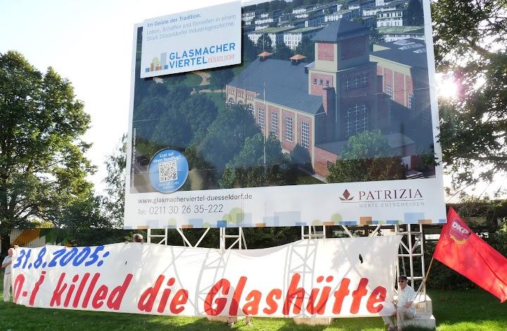 Transparent unter Patrizia Werbetafel: «31.8.2005: o-i killed die Glashütte», DKP-Fahne, Demonstranten.