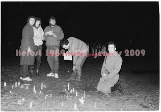 """Photo: G sowjetischer Offizier (Dankt und betet, dass er nicht auf Demonstranten schießen musste) 4. November 1989  ich habe etliche Zeitzeugen gesucht und gefunden.     U.a. erinnert sich P M noch genau an die sowj. Offiziere, die mit Ehefrauen am Rande der DEMO gestanden hätten. Einer von diesen hätte den Demonstranten sogar zugerufen: """"Deutsch Patriot charascho!"""". Aus dieser Gruppe kam dann der """"betende Russe""""."""