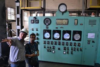 Photo: César Moreno y Giovanni Marín analizando la caldera COLTEJER