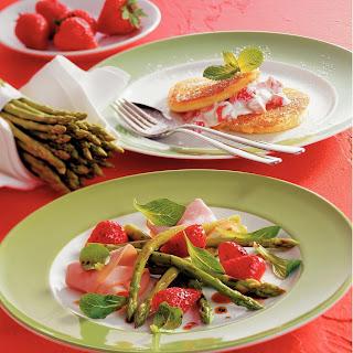 Marinierter Spargel mit Erdbeeren und Putenschinken