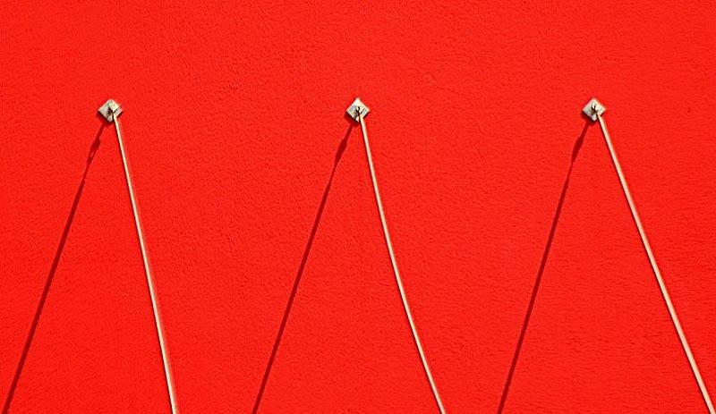 On red wall di  cristina masoni