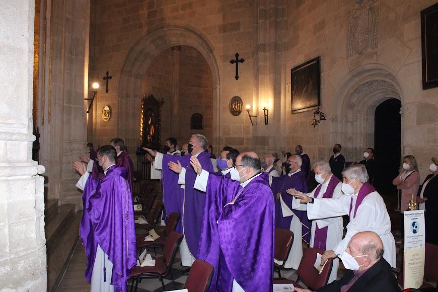 La curia diocesana almeriense participando en la eucaristía.