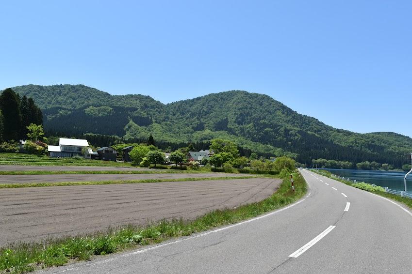 車道を挟んで湖と田園風景
