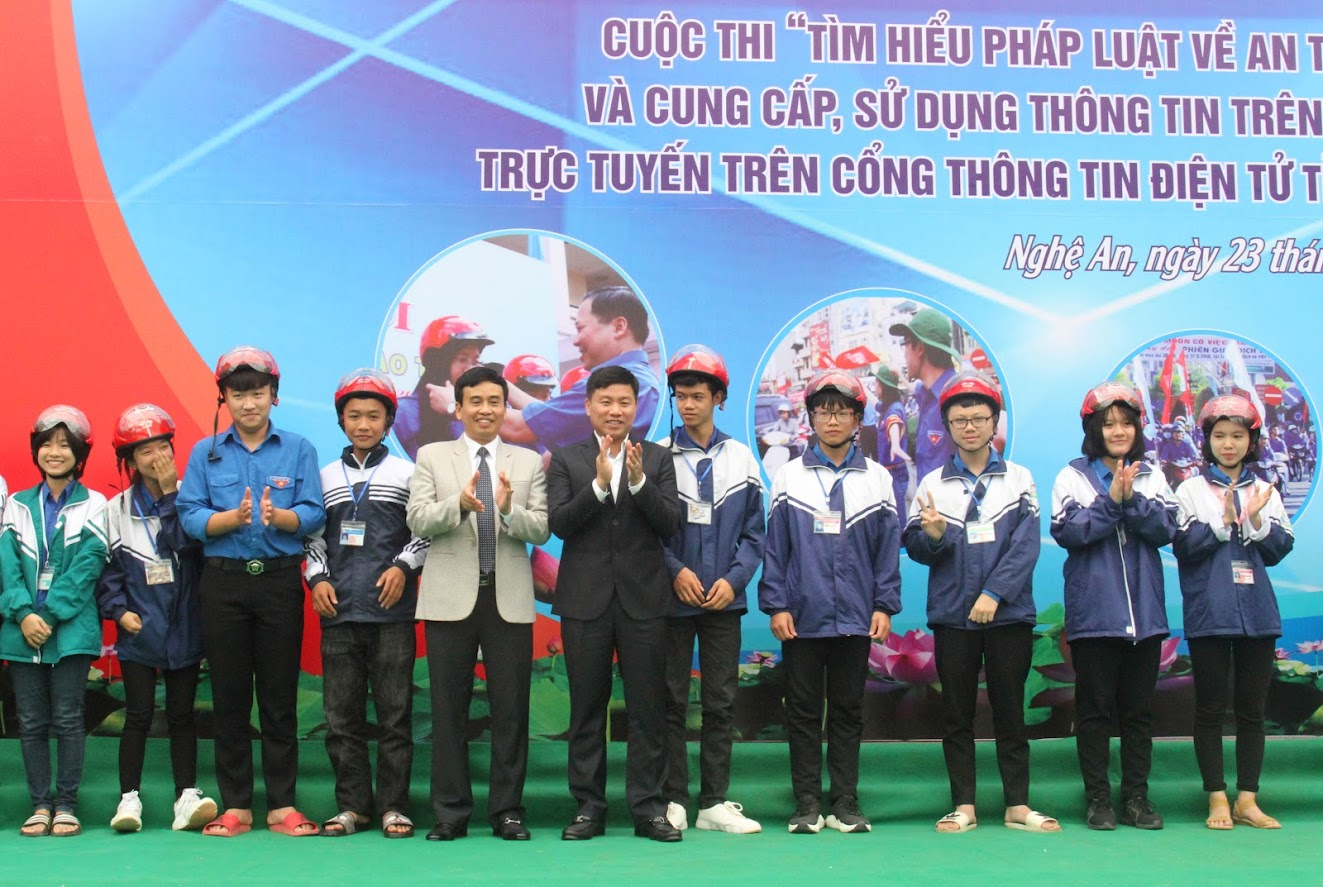 Tặng mũ bảo hiểm cho các em học sinh Trường THPT Đô Lương 1