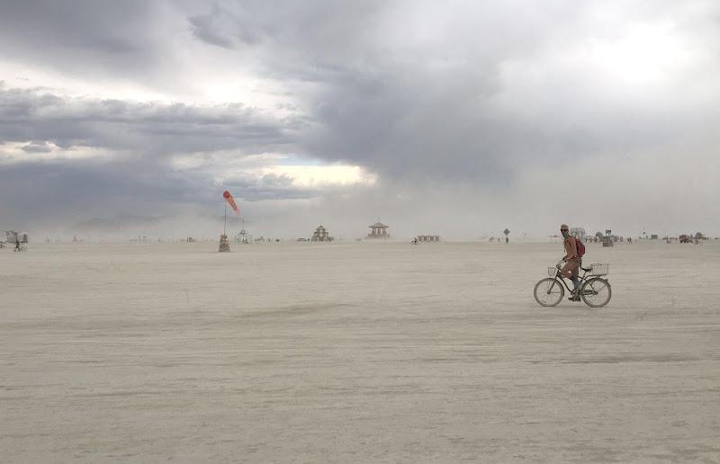 Cielo, sabbia e strutture aliene di mt antona