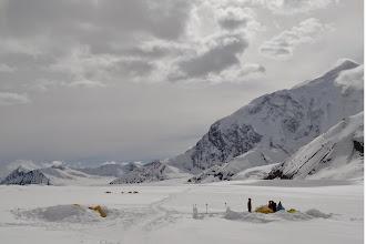 """Photo: 9 DZIEŃ - 3 czerwiec ( 2700 m n.p.m.) :  DROGA DO BAZY NUMER 2 - """"KAHILTNA PASS""""  Kolejna zimna noc na lodowcu. Nie pomogła mi druga warstwa ubrań i drugi polar do śpiwora. Kilkudziesięciostopniowe mrozy znowu nam dokuczyły w nocy a odciski na nogach od nowych butów będą się powiększały przy kolejnym dniu marszu z saniami pod górę. Złożyliśmy namioty i ku naszemu zdziwieniu ujrzeliśmy dwie przerażone osoby schodzące z góry. Usłyszeliśmy , że w polskim obozie powyżej w jednym z namiotów wieczorem doszło do wybuchu gazu i zapalił się namiot. Oprócz małych oparzeń nic groźnego nikomu się nie stało, ale jest problem bo dwie osoby nie mają gdzie spać. Dlatego pomogliśmy pożyczając Polakom jeden z naszych trzech namiotów co bardzo ich ucieszyło, bo musieliby zakończyć swoją wyprawę."""