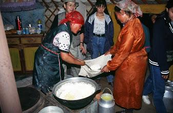 Photo: 03171 ブルド/ハスバータルイ家/ツァガン・トス(乳製品)作り/ウルムを弱火で煮ると、液体のシャル・トスと残りのツァガーン・トスができる。