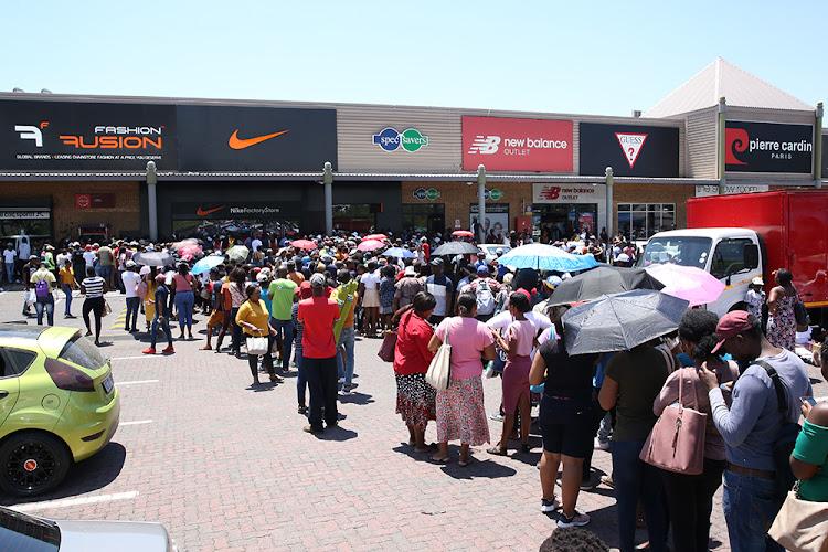 Soltero Perjudicial Tesauro  WATCH | #BlackFriday crowd chaos outside Nike Factory Store