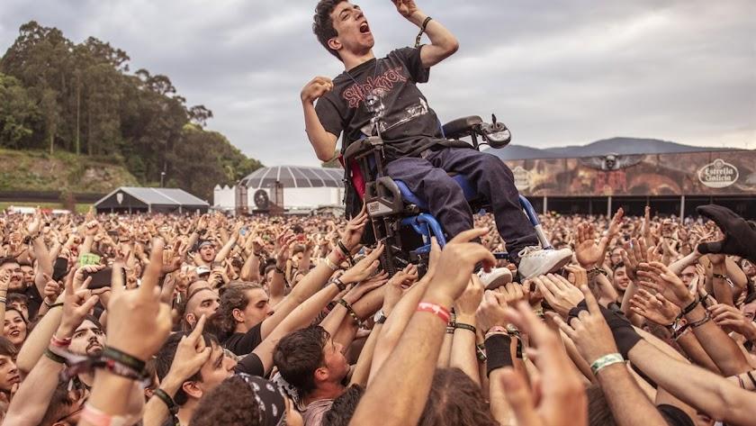 Momento en el que el joven fue aupado por los asistentes del festival (Foto de Daniel Cruz , Resurrection Fest)
