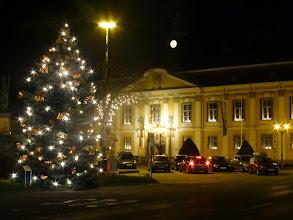 Photo: Und zu guter letzt unser adventlich geschmückter Rathausplatz. Sogar ein Auto reiht sich in die Lichterpracht ein.