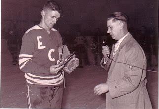 Photo: 1962: Spieler Tarvers vom Vorsitzenden Fritz Schulte geehrt