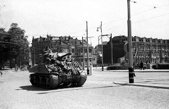 Photo: 0002. Bevrijdingsparade op de Laan van Meerdervoort, een tank op de brug over het Verversingskanaal. 21  mei 1945.  http://www.loki-travels.eu/