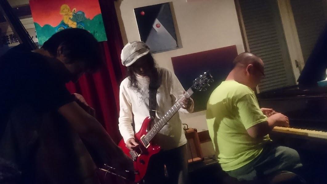 2017/08/11 Fri, fes 吉本 裕美子 : Guitar, 鈴木 伸明 : Piano and Voice, カイドー ユタカ : Contrabass at 高円寺グッドマン