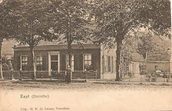 Photo: Hoofdstraat 1 (± 1910) Voor de woning staat Griet Dekens, later gehuwd met Harm Vedder