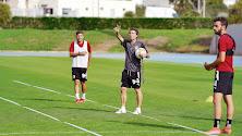 Rubi dando órdenes a los jugadores antes de medirse a la Real Sociedad B.