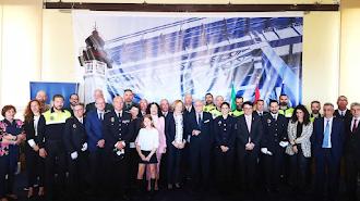 Foto de familia de premiados y autoridades.