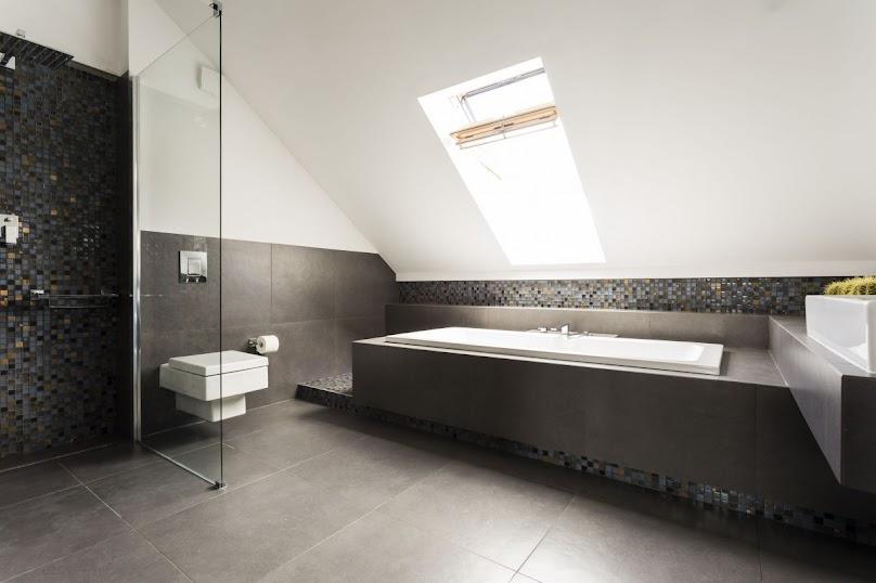 Czy montować prysznic w łazience ze skosami?