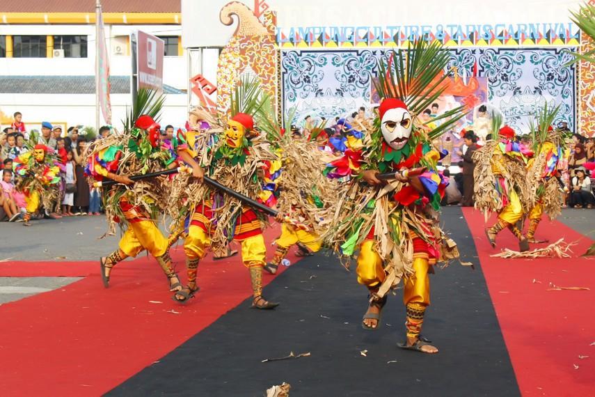 https://www.indonesiakaya.com/uploads/_images_gallery/Tupping_dalam_budaya_Lampung_saat_ini_merupakan_sebuah_drama_tari_kepahlawanan.jpg