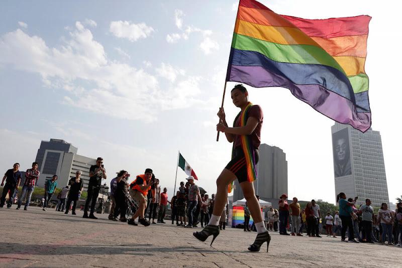 LGBTはなぜ政治利用されるのか?パレードで飛び交った「アベやめろ」プラカードの向こう側