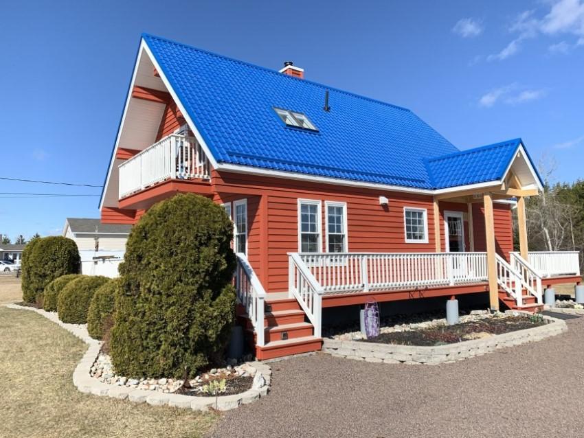 Nhà cấp 4 dáng phong cách châu Âu với mái tôn xanh dương