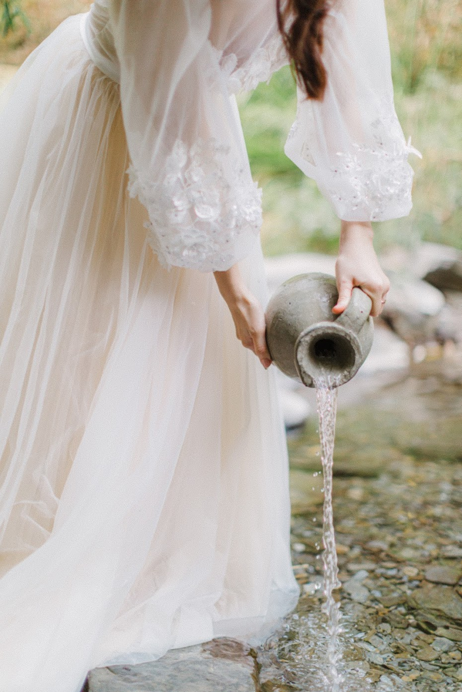 美式婚紗創作 | INSPIRATION | Chill美式逐光婚紗 美式婚紗創作 / 油畫 靈感 婚紗 / 美式婚紗婚禮 / Chill , 今年秋天,我們前往南投的小溪流 ,拍攝了這組 Chill 油畫感 創作 ,Ann挽起頭髮,拿著水平在溪邊舀水,好似一幅美麗的油畫-頭頂水果籃的少女。這是一次非常深刻的 靈感 人物 創作 拍攝經驗,到了拍攝尾聲,陽光微微露臉,我們也順利拍攝AG專屬的 逐光 美式 婚紗。