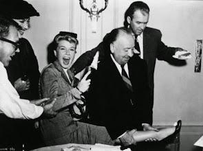 """Photo: Hitchcock brincando com os pés de Doris Day no set de """"O Homem que Sabia Demais""""."""