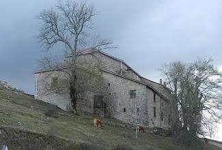 Photo: 18h46 retour par le monastère Nuestra Señora de Oro, gris, gris ouvert pour les pélerinages, perché à 800 ms