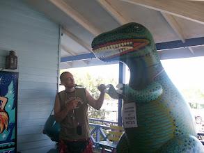 Photo: mio fratello lotta col dinosauro