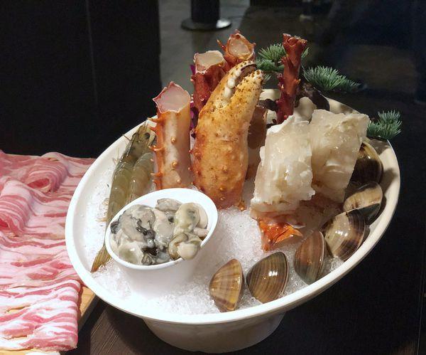 台北。國父紀念館美食 紅蟹將軍。不用去北海道來這就能帝王蟹吃到飽,哈根達斯、頂級肉品一次滿足