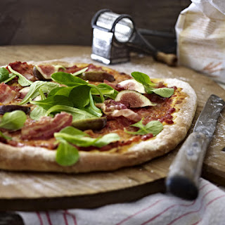 Pizza with Figs, Bacon and Baby Spinach.